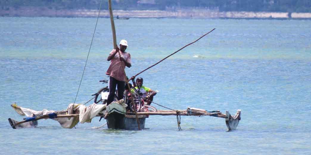 Transporting the bikes over Chwaka bay when going to Michamvi during the 10 days cycling tour around Zanzibar